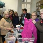 SPD-Fraktionsvorsitzende Stephanie Kramer (4.v.l.) und  Landtagsabgeordneter Heiko Sippel informierten sich über die Tätigkeit der Mitarbeiterinnen der Kleiderkammer der evangelischen Kirchengemeinde in Alzey.
